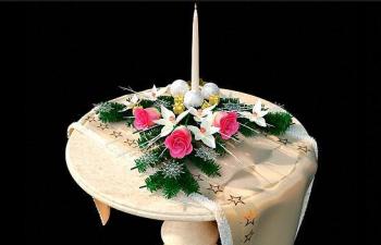 圆桌上的鲜花圣诞蜡烛 Christmas