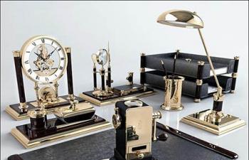一套金色的奢华桌面摆设模型